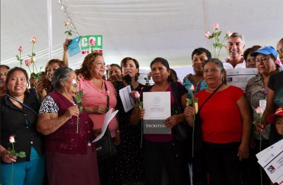 Rosario Robles entrega en Puebla escrituras a mujeres