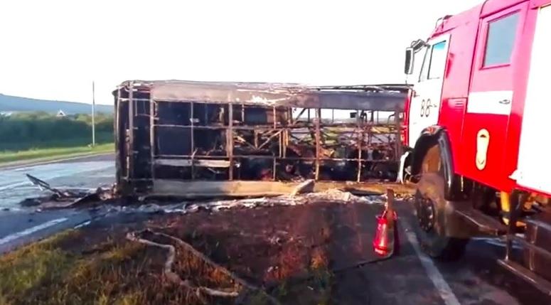 El camión accidentado es remolcado en la República de Tatarstán, en el centro de Rusia (AP)