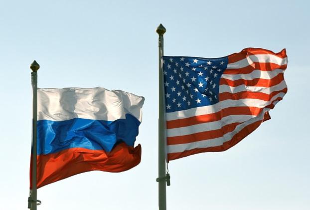 Las banderas nacionales de EU y Rusia (Getty Images)