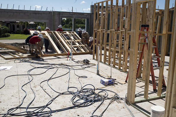 Trabajadores de una casa en construcción en Florida, EU
