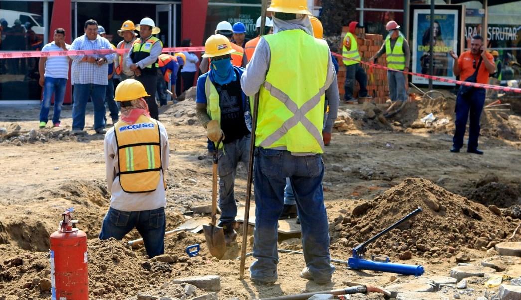 trabajadores atienden una fuga de gas en puebla