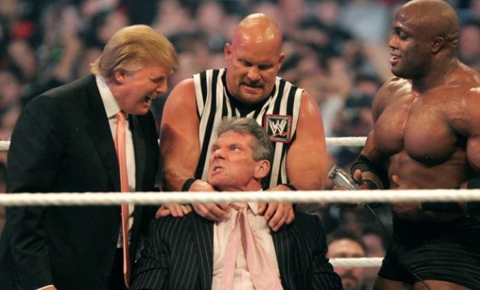 El presidente de la WWE Vince McMahon, Donald Trump, Bobby Lashley y Stone Cold Steve Austin el 1 de abril de 2007 en Detroit, Michigan (Getty Images)