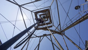 Tubería de perforación opera en torre
