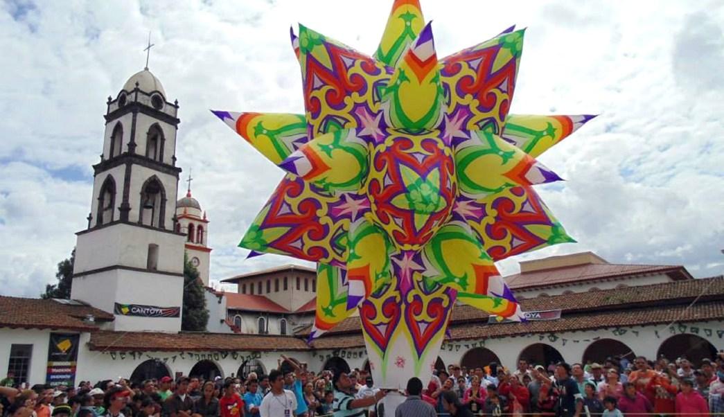 Turistas en el evento Cantoya Fest en Pátzcuaro, Morelia