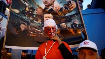 Un hombre posa con una efigie del clérigo turco estadounidense Fethullah Gulen (Reuters)