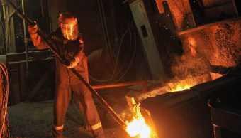 Un empleado en taller de cobre