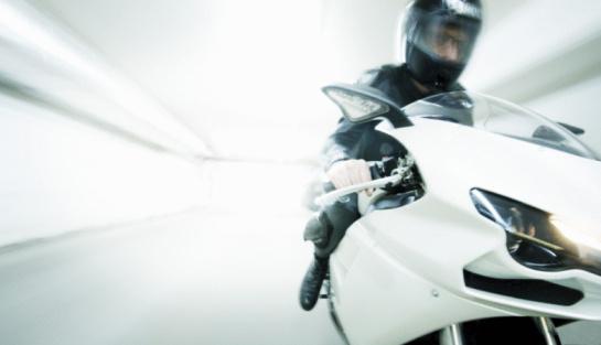 Un hombre roba una motocicleta en la molino de rosas