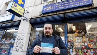 Un hombre muestra un sobre con marihuana en Uruguay