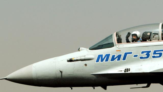 Un piloto ruso opera un MiG-35 durante una exhibición aérea