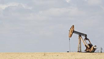 Una bomba opera en campo petrolero