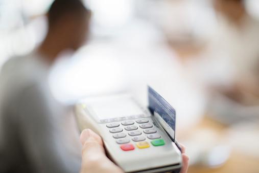 Detienen a una persona por clonar tarjetas de credito