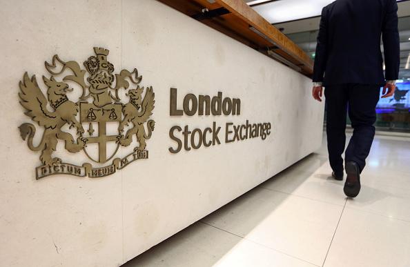 Visitante pasa junto al letrero de la Bolsa de Londres