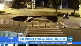 Motociclista cae a socavón por revisar su celular