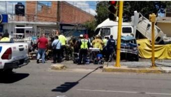 Tráiler sin frenos impacta autos y viviendas en Querétaro