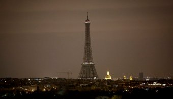 Torre Eiffel apaga sus luces solidaridad Barcelona