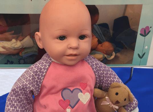 Muneca de bebe con osito de peluche