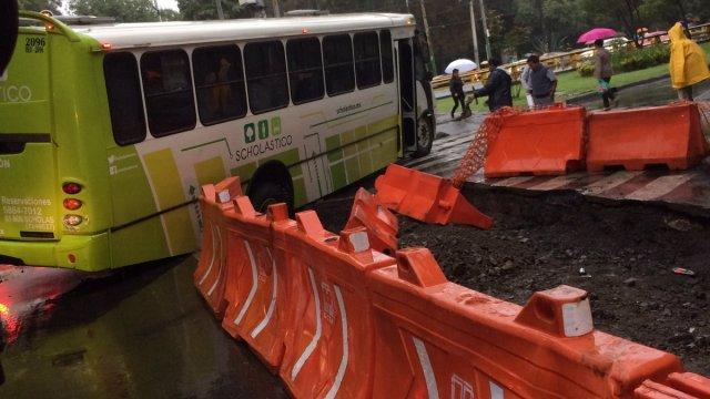 Camión cae en zanja de las obras del Metrobús