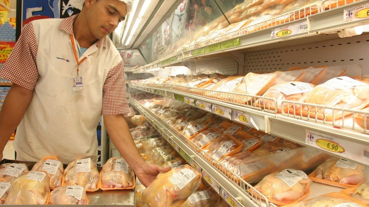 China hará investigación antidumping al pollo brasileño