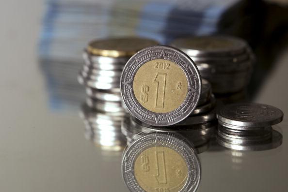 Datos económicos débiles en EU ayudan al peso mexicano