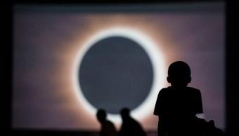 varias personas se preparan para ver el eclipse