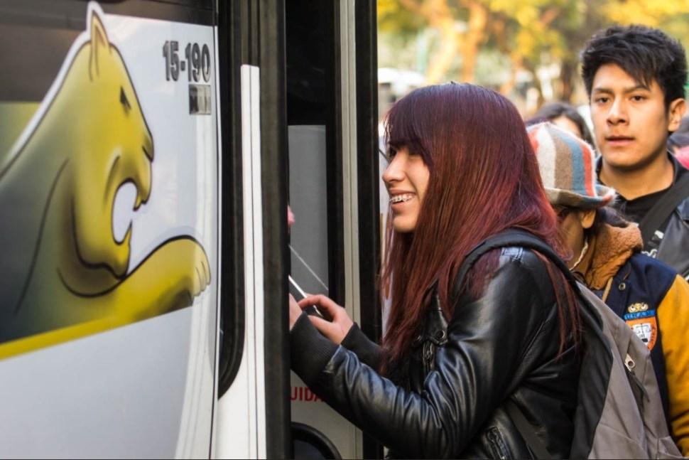 Estudiantes suben a autobus en CU