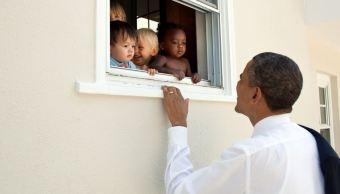 expresidente obama a lado de niños en twitter