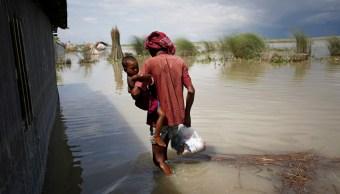 Suman más de 800 muertos por inundaciones y deslaves en Asia