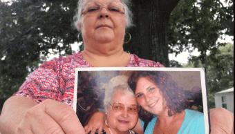 Madre de Heather Heyer sostiene una foto de la víctima