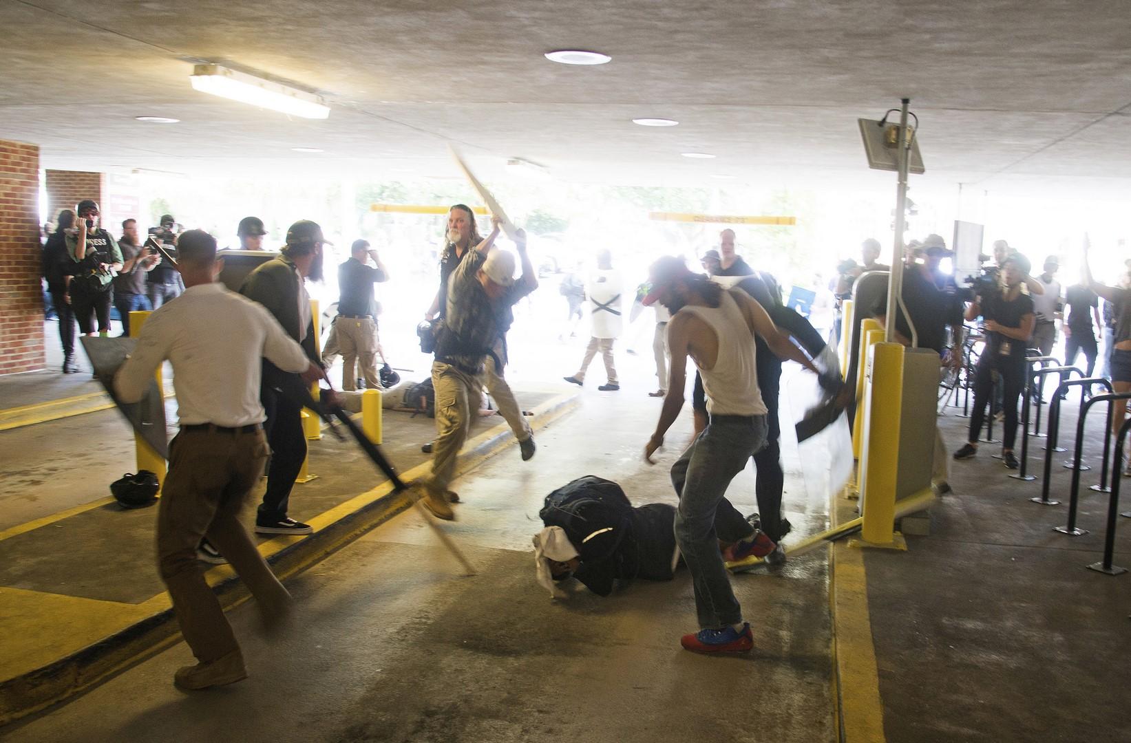 Grupos protestan por el derribo de estatuas de Confederados