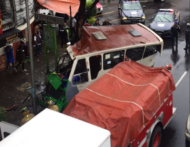 microbús choca contra un árbol en calzada de tlalpan