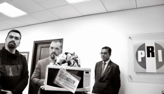 Regalan microondas a diputados del PRI para descongelar sus iniciativas