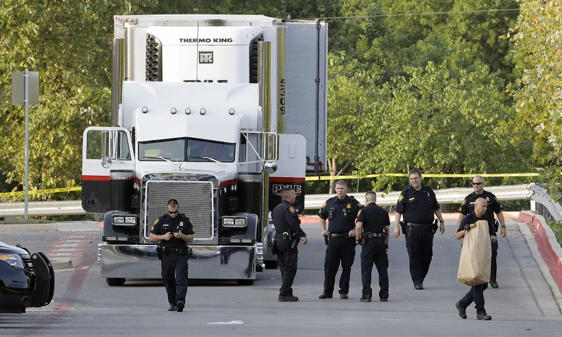 Sepultan a migrante muerto en tráiler en Texas