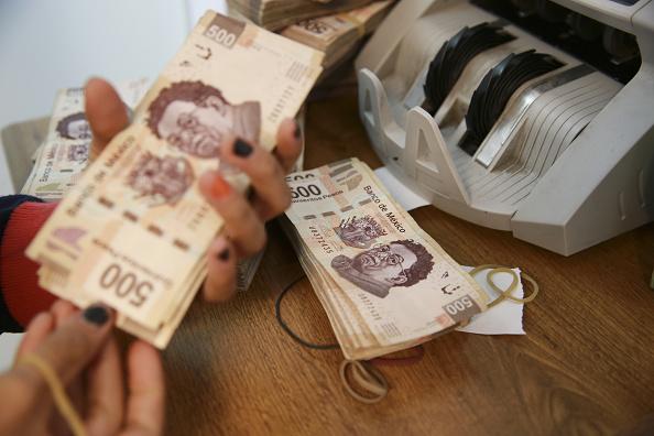 Mujer con billetes de 500 pesos mexicanos