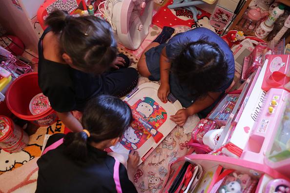 niñas juegan con varios articulos de hello kitty