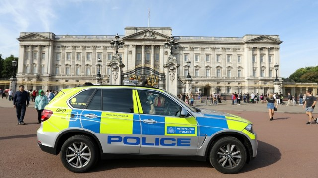 Suman dos detenidos por ataque a policías ante el Palacio de Buckingham