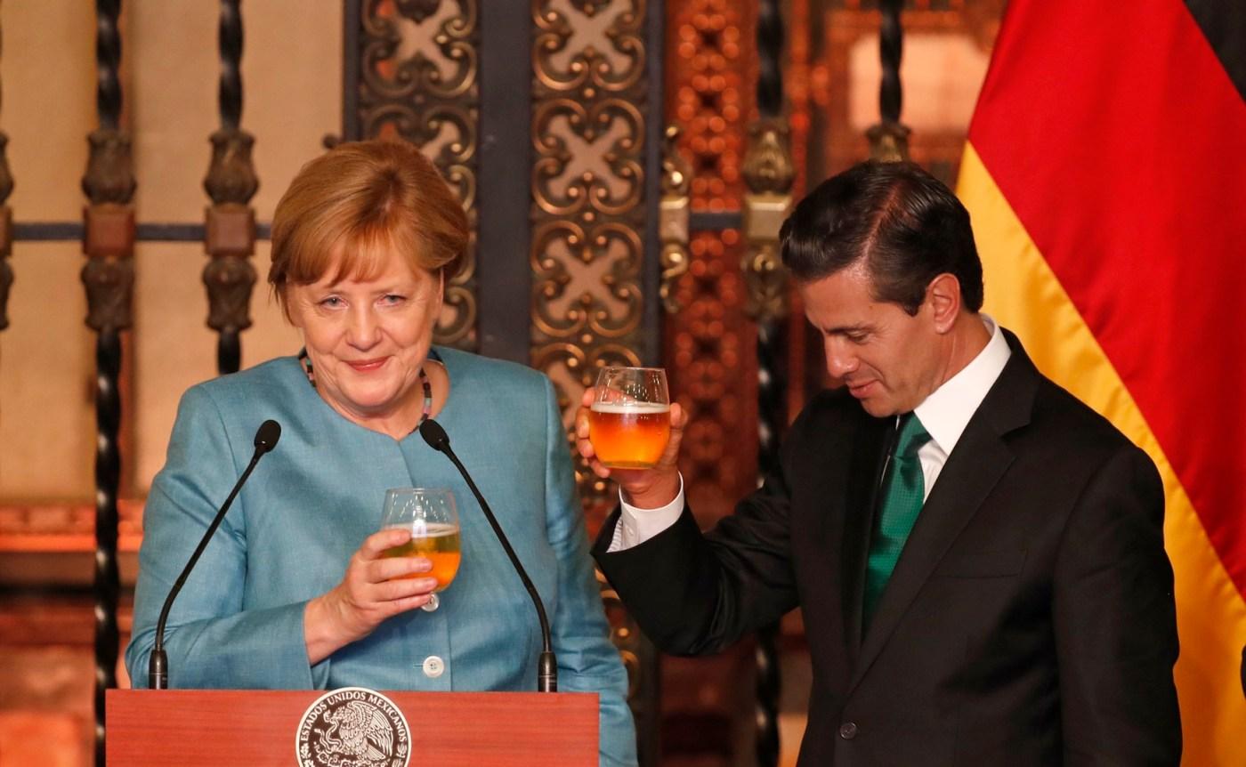 EPN y Merkel brindan con cerveza mexicana