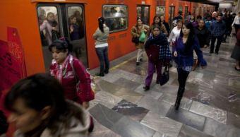 personas en metro de la ciudad de méxico