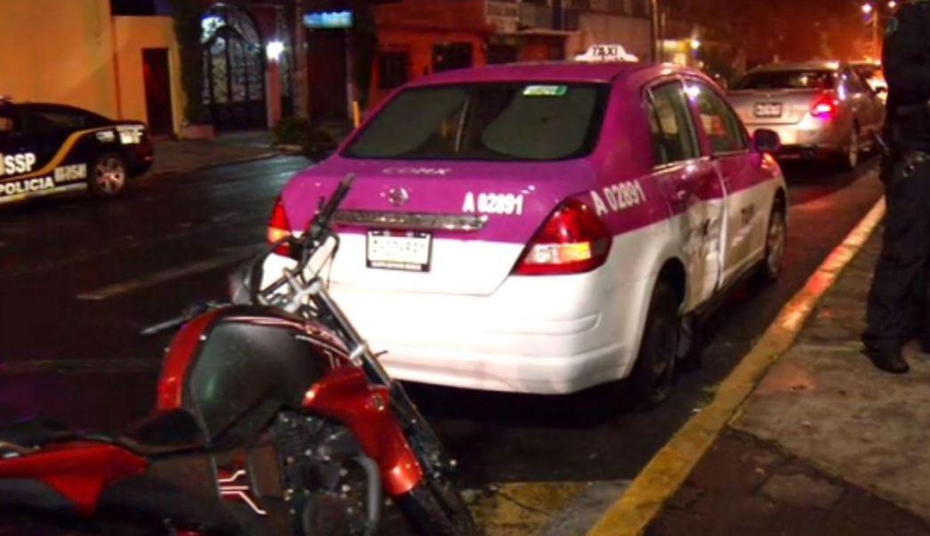policia auxiliar choca contra un taxi en la ciudad de mexico