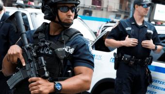 Policías vigilan Times Square en Nueva York