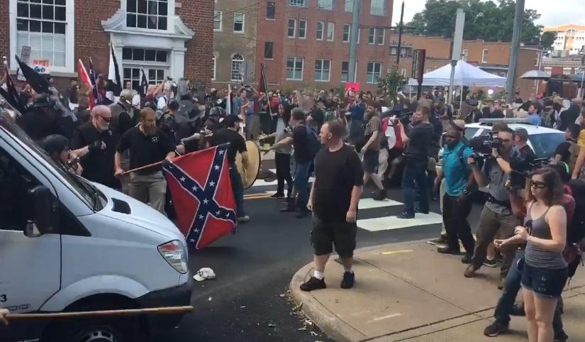 Varios heridos por enfrentamiento en marcha de supremacistas blancos en Virginia