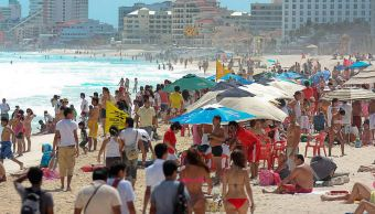 Turistas disfrutan playas de Quintana Roo previo al finalizar vacaciones