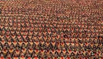 Indonesia rompe récord; 10 mil hombres bailan y cantan al mismo tiempo