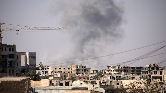 humo levanta edificio una zona siria