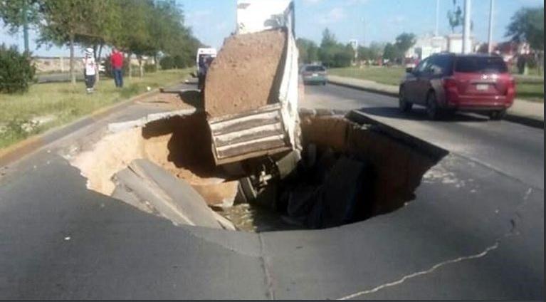 Cae camión de carga a socavón en Cd. Juárez