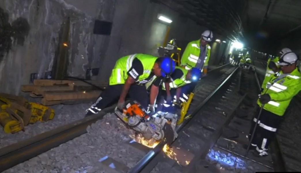 Trabajadores del Metro sustituyen rieles