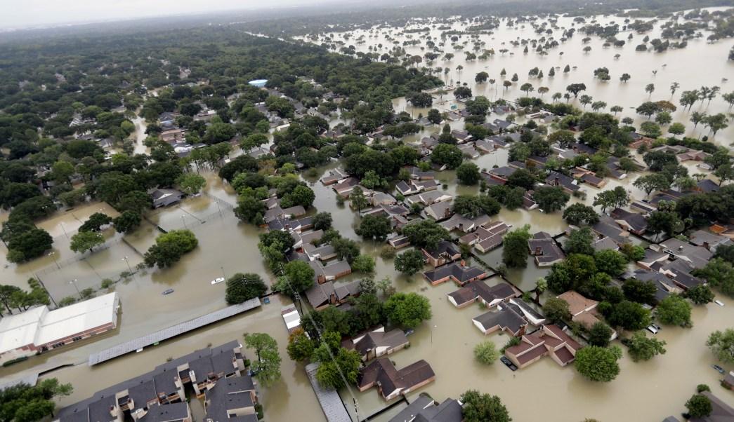 Alcalde Houston impone toque queda inundaciones y saqueos