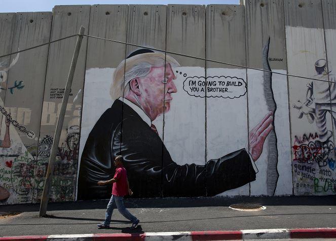 Aparecen dos murales con el rostro de Trump en Cisjordania