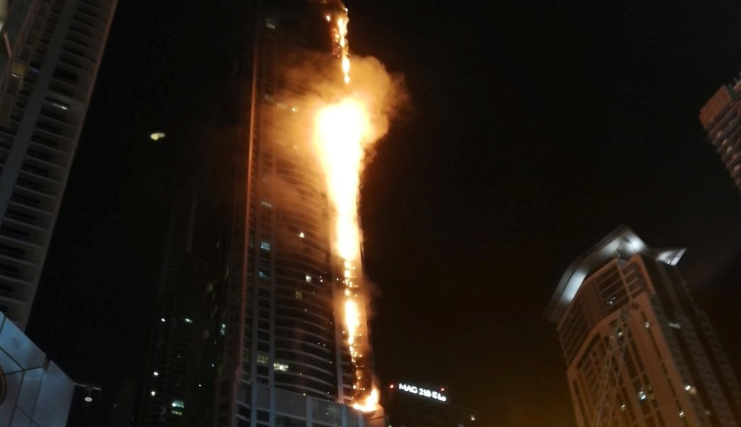 Un enorme incendio consume rascacielos Tower Torch Dubai