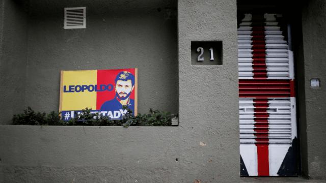 Bandera con la imagen de Leopoldo Lopez