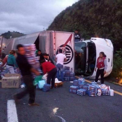 Se vuelca camión y roban víveres para damnificados por el sismo